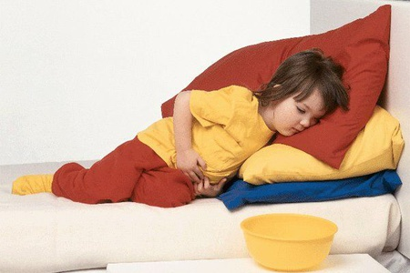 Девочка лежит на кровати
