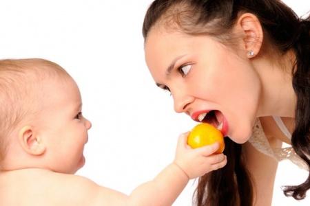 Ребёнок кормит маму