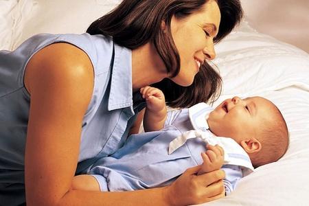Мама и малыш смотрят друг на друга