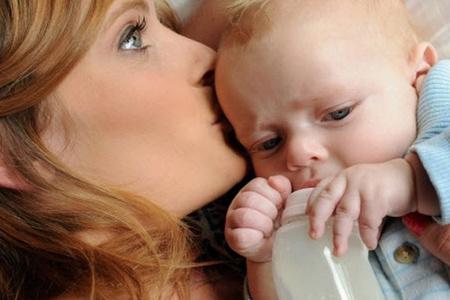 Мать целует ребёнка