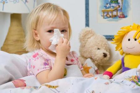 Девочка вытирает нос