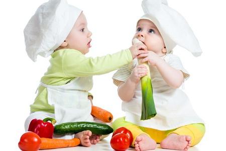 Маленькие дети с овощами