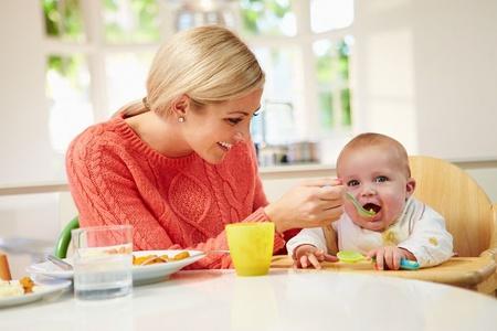 Мамочка кормит грудничка
