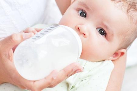 Ребёнка кормят из бутылочки