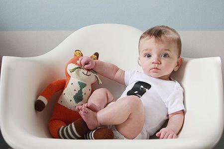 Малыш сидит в кресле