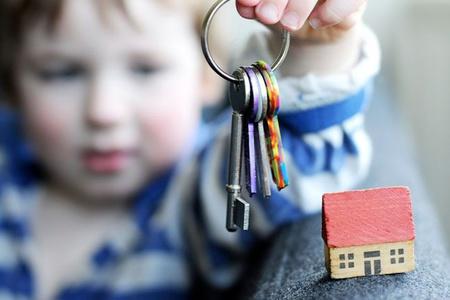 Мальчик держит ключи