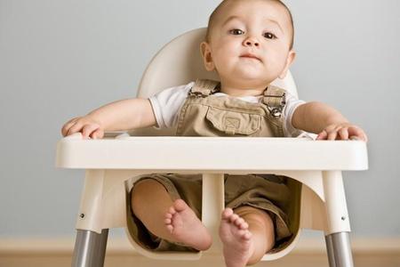 Ребёнок сидит за столиком