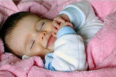 Ребёнок улыбается во сне