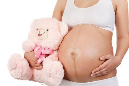 При беременности первый месяц могут идти месячные