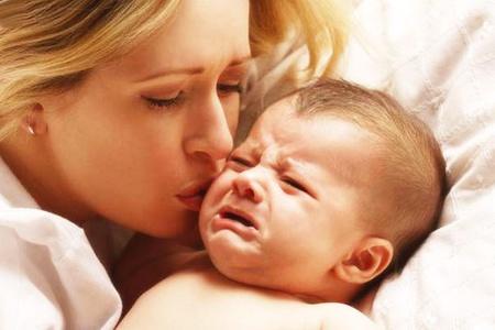 Мама целует ребёнка