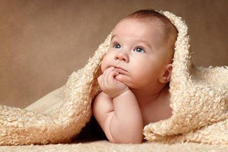 Ребёнок под пледом