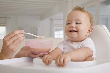 Малыш за столиком