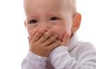 Малыш прикрывает рот