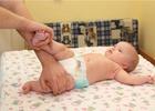Малыш лежит на столе