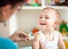 Ребёнок улыбается врачу