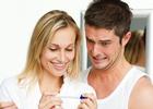 Мужчина и женщина смотрят на тест