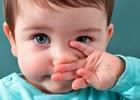 Ребёнок вытирает нос