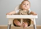 Ребенок сидит за столиком