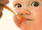 Ребёнок ест с ложки